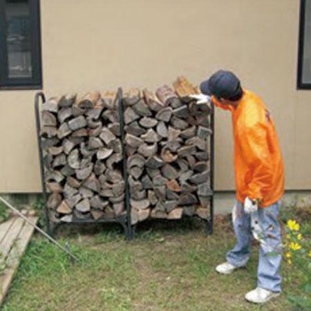 横1.5m× 高さ1.3m 程度の専用 の小さな薪ラック2 個を屋外に 設置。60 束分のバラ薪を積みます。
