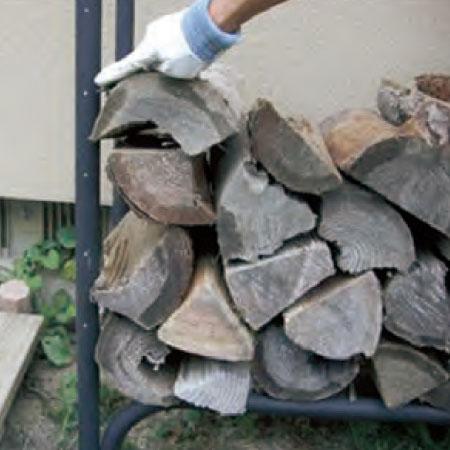 ラックに残っている薪を積み直し、目盛(白い点)を見て薪の残量を確認します。